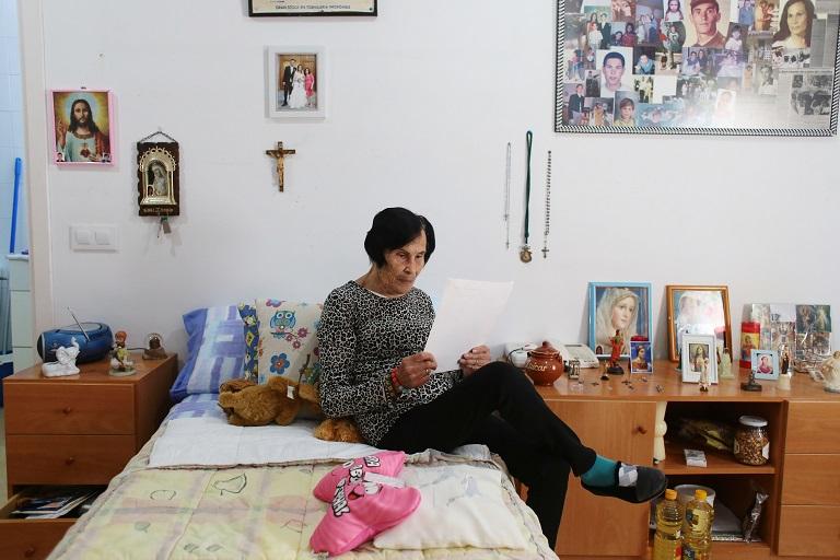 La Isabel, de 90 anys, viu a l'Almeda de Càritas